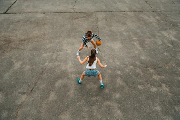 Vista superior das meninas jogando basquete