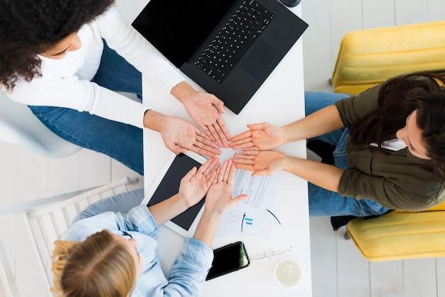 Vista superior das mulheres analisando as mãos