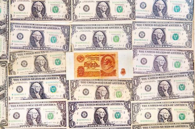 Vista superior das notas de dólar e rublos da união soviética