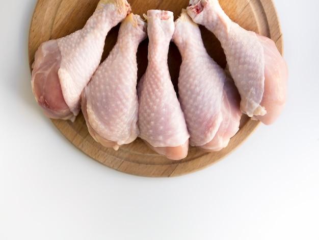 Vista superior das pernas de frango cru
