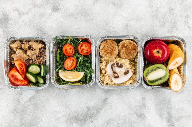 Vista superior das refeições em caçarolas com frutas e legumes