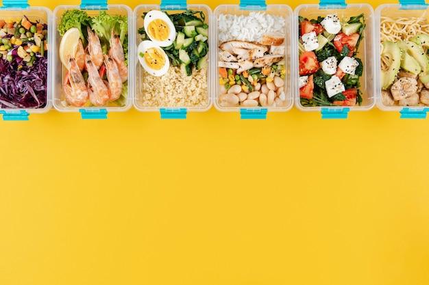 Vista superior das refeições em caçarolas com ovos e camarão