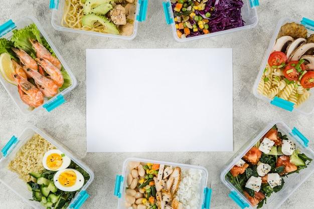 Vista superior das refeições em caçarolas com salada e camarão