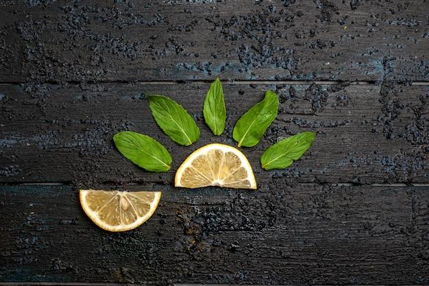Vista superior das rodelas de limão no espaço escuro