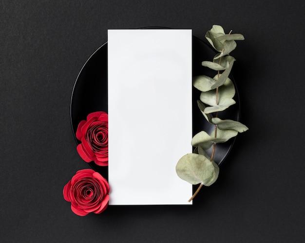 Vista superior das rosas do dia dos namorados com placa e cartão em branco