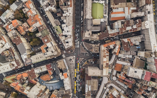 Vista superior das ruas com tráfego de carros em belgrado