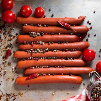 Vista superior das salsichas com pimenta e tomate cereja