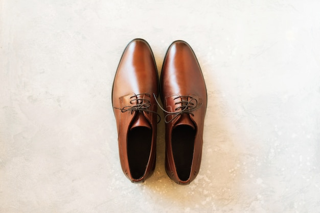 Vista superior das sapatas masculinas da forma no fundo cinzento. venda e conceito de compras.