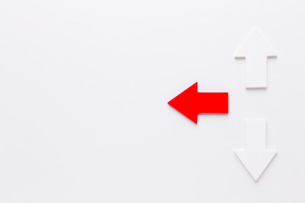 Vista superior das setas apontando em direções diferentes