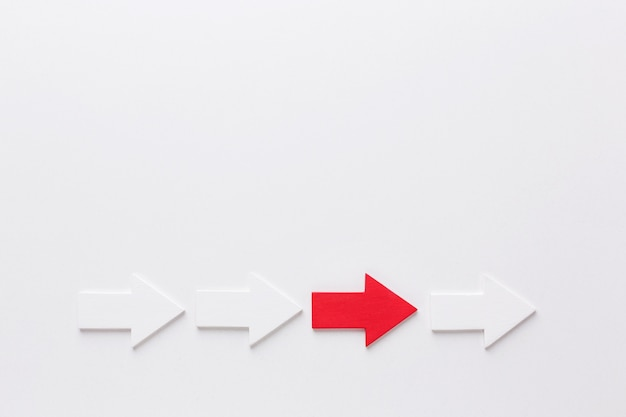 Vista superior das setas apontando para a direita com espaço de cópia