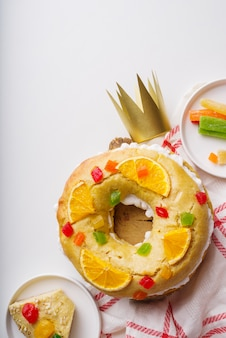 Vista superior das sobremesas do dia da epifania com doces e coroa