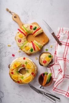 Vista superior das sobremesas do dia da epifania com doces