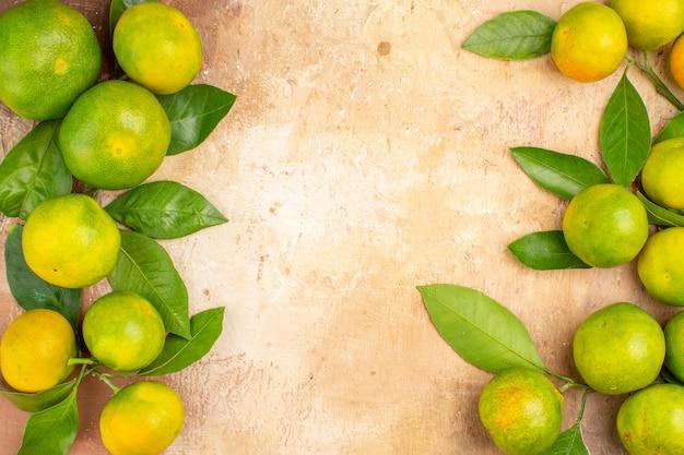 Vista superior das tangerinas verdes ácidas no fundo claro