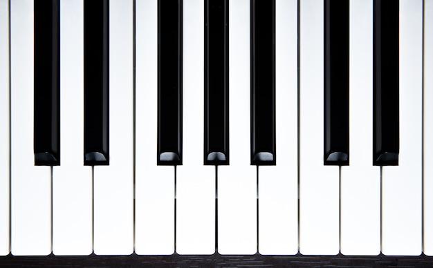 Vista superior das teclas de piano.