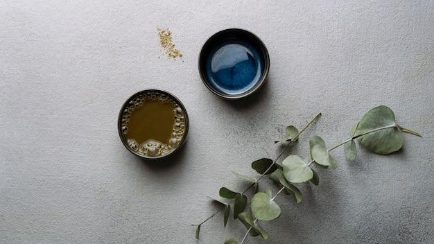 Vista superior das xícaras de chá e arranjo de plantas