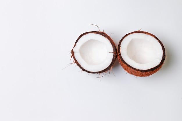 Vista superior de 2 metades de coco em um fundo cinza