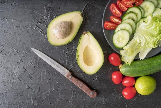 Vista superior de abacate orgânico com salada fresca