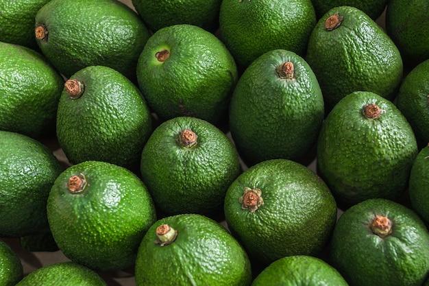 Vista superior de abacates frescos