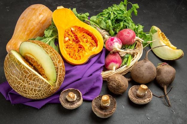 Vista superior de abóbora fresca com melão e verduras em fundo escuro