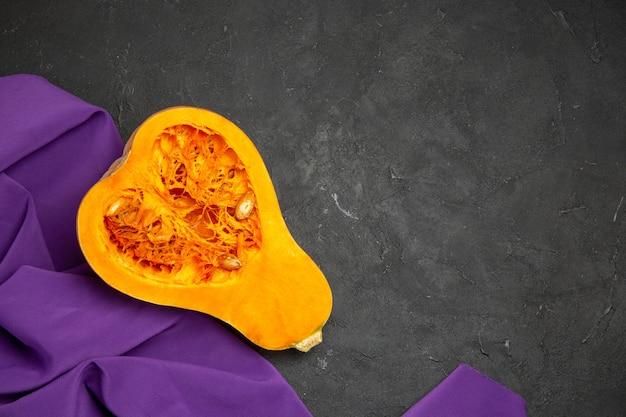 Vista superior de abóbora fresca fatiada com frutas maduras
