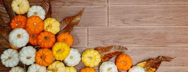 Vista superior de abóboras no chão de madeira