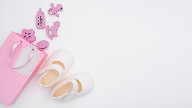 Vista superior de acessórios de bebê menina bonitinha com espaço de cópia