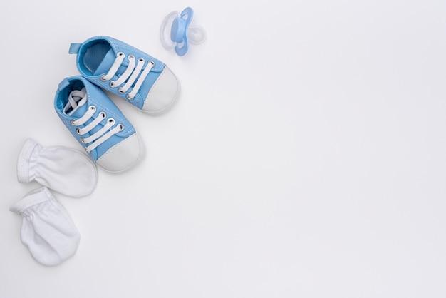 Vista superior de acessórios de bebê menino bonitinho com espaço de cópia