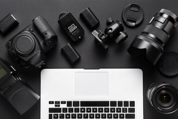 Vista superior de acessórios de câmera e teclado de laptop