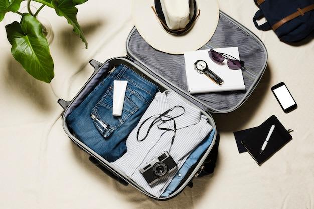 Vista superior de acessórios de viagem e bagagem