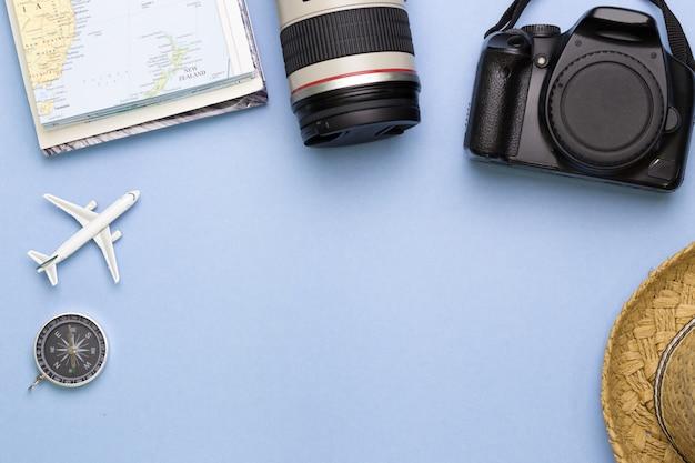 Vista superior de acessórios de viajante com espaço vazio para informações de texto, viagem de férias de viagens