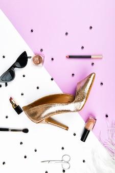 Vista superior de acessórios femininos. acessórios femininos, em um pastel de espaço rosa. conceito de beleza e moda. vista superior, minimalismo plano. configuração plana