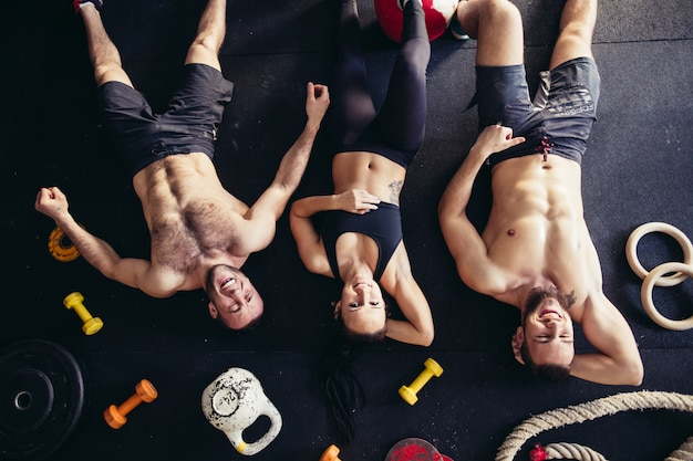 Vista superior de acessórios para atleta de fitness e árvore, deitado no chão