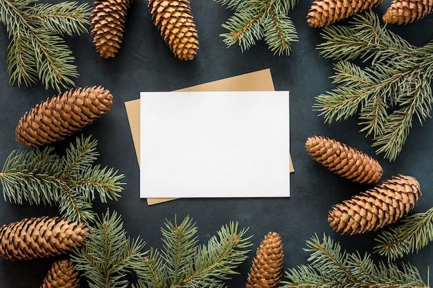 Vista superior de agulhas de pinheiro e pinhas marrons