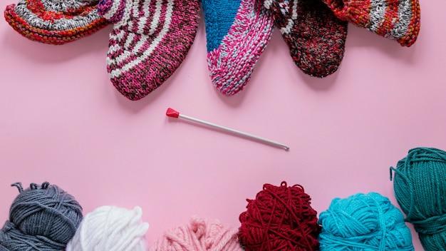 Vista superior de agulhas de tricô e lã