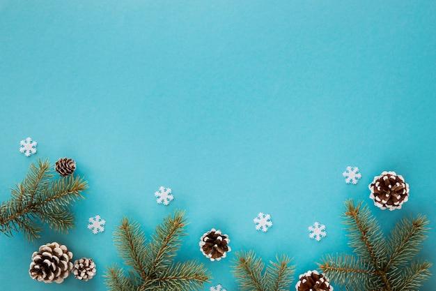 Vista superior de agulhas naturais de pinheiro em fundo azul