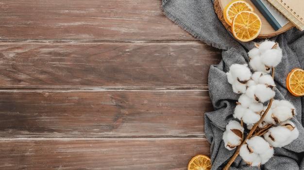 Vista superior de algodão e laranjas secas com espaço de cópia