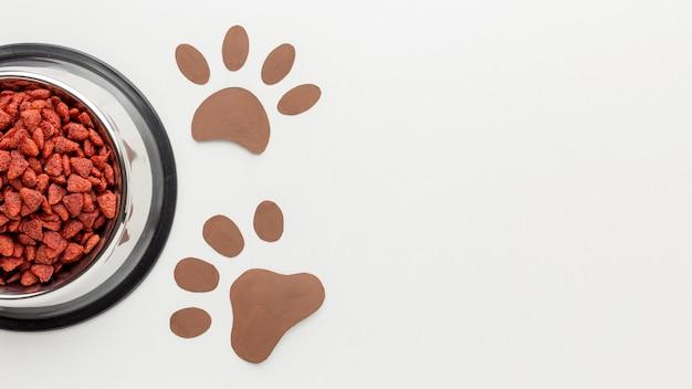 Vista superior de alimentos de origem animal com impressão de pata para o dia animal