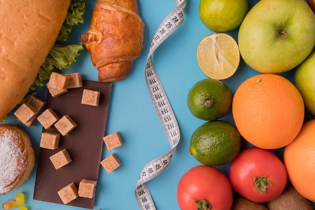 Vista superior de alimentos e frutas não saudáveis