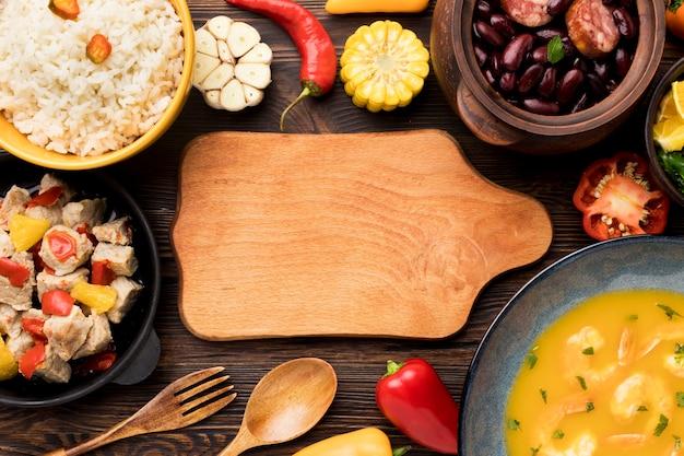 Vista superior de alimentos e tábua de madeira