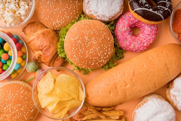Vista superior de alimentos não saudáveis e lanches