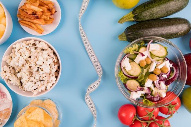 Vista superior de alimentos não saudáveis vs saudáveis