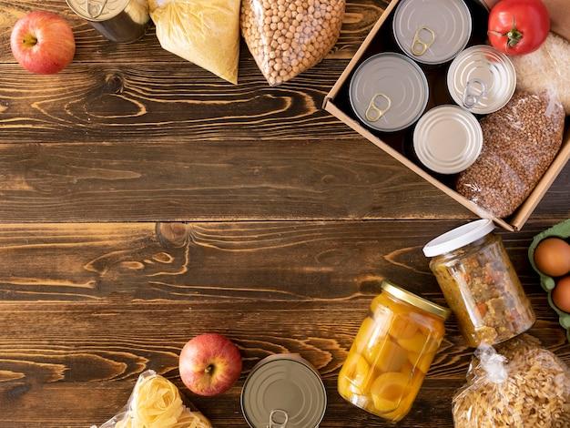 Vista superior de alimentos para doação com espaço de cópia e caixa