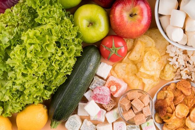 Vista superior de alimentos saudáveis e insalubres