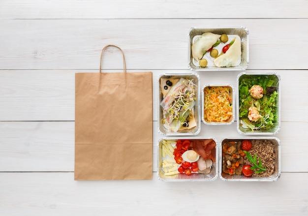 Vista superior de alimentos saudáveis para viagem em caixas