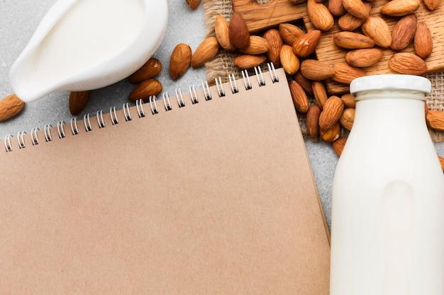 Vista superior de amêndoas com leite orgânico
