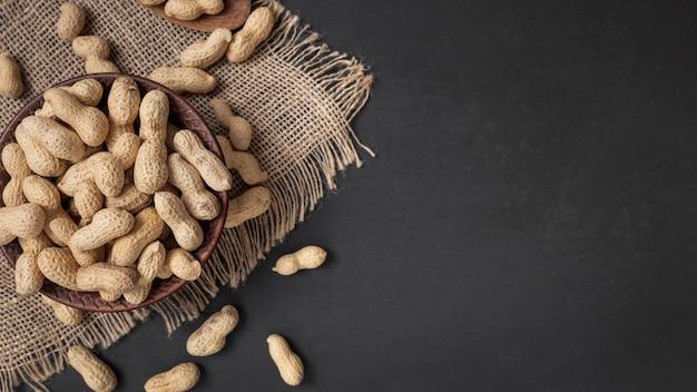 Vista superior de amendoim casca dura na tigela com espaço de cópia