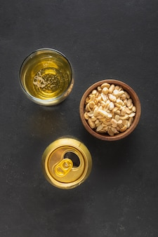 Vista superior de amendoim e cerveja na mesa