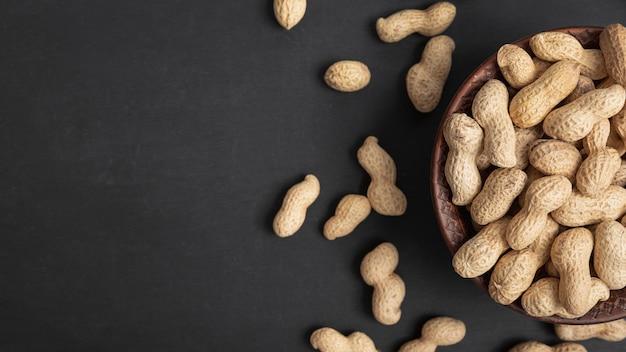Vista superior de amendoins em tigela com espaço de cópia