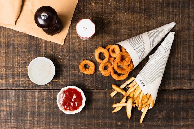 Vista superior de anéis de cebola e batatas fritas