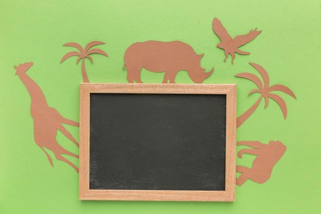 Vista superior de animais de papel com quadro-negro para o dia animal